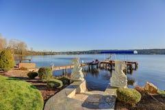 Muelle privado con los remontes y la elevación cubierta del barco, lago Washington del jet Fotografía de archivo libre de regalías