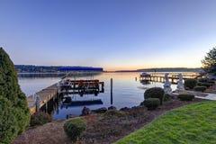 Muelle privado con los remontes y la elevación cubierta del barco, lago Washington del jet Imagen de archivo