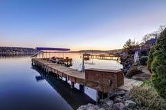 Muelle privado con los remontes y la elevación cubierta del barco, lago Washington del jet Imágenes de archivo libres de regalías