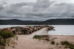 Muelle que espera hacia fuera la tormenta Foto de archivo