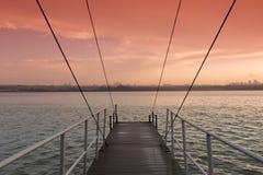 Muelle suspendido y puesta del sol de la nave del puente Fotos de archivo libres de regalías