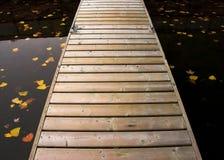 Muelle vacío en caída imagen de archivo