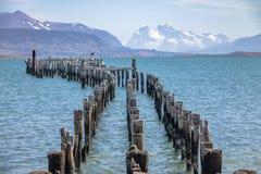 Muelle viejo en el golfo de Almirante Montt en la Patagonia - Puerto Natales, región de Magallanes, Chile imagen de archivo