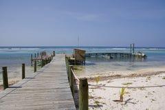 Muelle y barcos de la isla del caimán fotografía de archivo libre de regalías