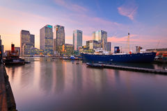 Muelle y Canary Wharf del sur, Londres imagenes de archivo