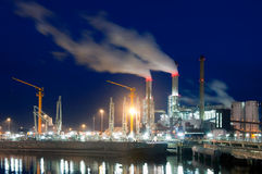 Muelle y central eléctrica en la noche Fotografía de archivo libre de regalías