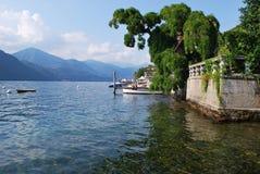 Muelle y chalet en el lago Orta, Italia fotografía de archivo