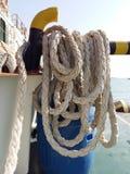 Muelle y cuerda del barco Fotos de archivo libres de regalías