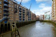 Muelle y edificios de los mayordomos de Londres Foto de archivo