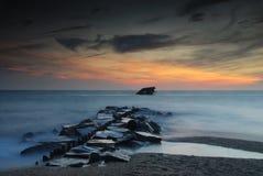 Muelle y escombros abandonados del barco antiguo Foto de archivo libre de regalías