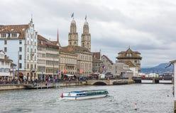 Muelle y Grossmunster de Limmat en Zurich durante la primavera de los niños Imagenes de archivo