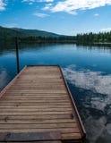Muelle y lago de Alaska Imágenes de archivo libres de regalías