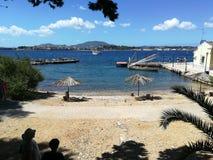Muelle y playa en la isla de Vido fotos de archivo