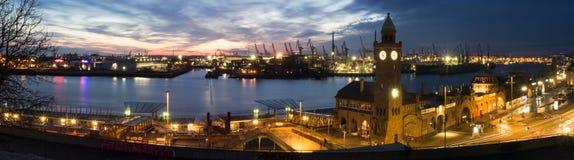 Muelle y puerto de la ciudad Hamburgo, Alemania, en la noche foto de archivo