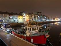 Muelles de Galway en la noche imagen de archivo