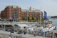 Muelles de Gunwharf en Portsmouth inglaterra Fotos de archivo libres de regalías