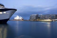 Muelles de la ópera de Sydney en la oscuridad Fotos de archivo