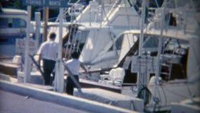 1952: Muelles de la pesca deportiva que esperan para tomar la carta del barco de navegación Miami, la Florida metrajes