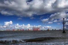 Muelles de Liverpool y las grúas del megamax Foto de archivo