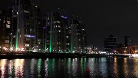 Muelles de Salford en la noche almacen de video