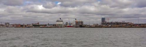 Muelles de Southampton con las terminales de viajeros industriales y Imagenes de archivo