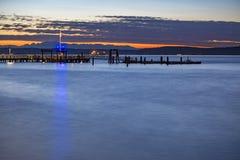 Muelles de Tacoma en la puesta del sol con la bandera americana imagen de archivo