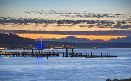 Muelles de Tacoma en la puesta del sol con las montañas imágenes de archivo libres de regalías