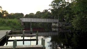 Muelles del barco en el agua en la puesta del sol almacen de video