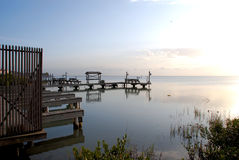 Muelles del barco en la bahía Fotografía de archivo