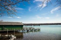 Muelles en el lago en Starnberg, Alemania imagen de archivo libre de regalías
