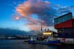 Muelles en el puerto de Osaka imágenes de archivo libres de regalías