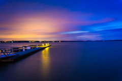 Muelles en la bahía de Chesapeake en la noche, en Havre de Grace, Marylan Imagen de archivo