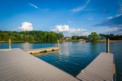 Muelles en la orilla del normando del lago, en Ramsey Creek Park, en maíz fotos de archivo