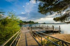 Muelles en la orilla del normando del lago, en Ramsey Creek Park, en maíz fotografía de archivo libre de regalías