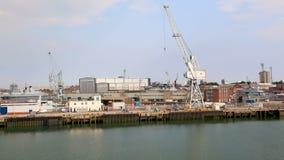 Muelles industriales en Portsmouth con las grúas almacen de metraje de vídeo