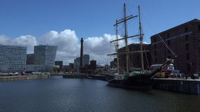 Muelles viejos de Liverpool con el velero 4K metrajes
