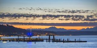 Muelles y puesta del sol en la bahía de Tacoma en Washington foto de archivo