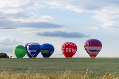 Muenchen, Alemanha - 2 de junho de 2018 os balões de ar quente de differen o Br fotografia de stock