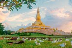 Mueng Roi Et District Roi Et landskap Thailand november/10/Maha Mongkol Bua Pagoda Is 2018 en av dragningarna/gränsmärke av royaltyfri bild