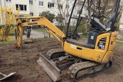 Muensingen, Zwitserland 15 4 2019 Graafwerktuig op suburbian gebied stock foto's