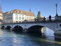 Muensterbruecke o Munsterbrucke - un ponte della strada e del pedone sopra il Limmat nella citt? dei ricchi del ? di Z?? immagine stock
