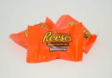 Muerda las porciones del tamaño de tres miniaturas de las tazas de la mantequilla de cacahuete del ` s de Reese del chocolate con fotos de archivo libres de regalías