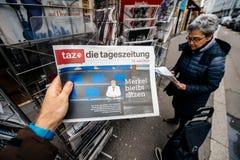 Muere el periódico del tageszeitung en el quiosco de la prensa que ofrece a Angela Dorot Fotos de archivo libres de regalías