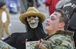 Muerte que detiene a su víctima en el carnaval alemán del fastnacht