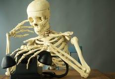 Muerte que hace una llamada de teléfono Imágenes de archivo libres de regalías