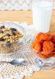 Muesli、牛奶和杏干在桌上 仍然1寿命 免版税库存照片