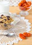 Muesli、牛奶和杏干在桌上 仍然1寿命 免版税图库摄影