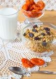 Muesli、牛奶和杏干在桌上 仍然1寿命 库存照片