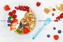 Muesli早餐水果酸牛奶草莓谷物莓果滚保龄球 库存照片