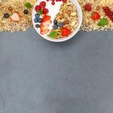 Muesli早餐水果酸牛奶草莓谷物莓果滚保龄球 免版税库存图片
